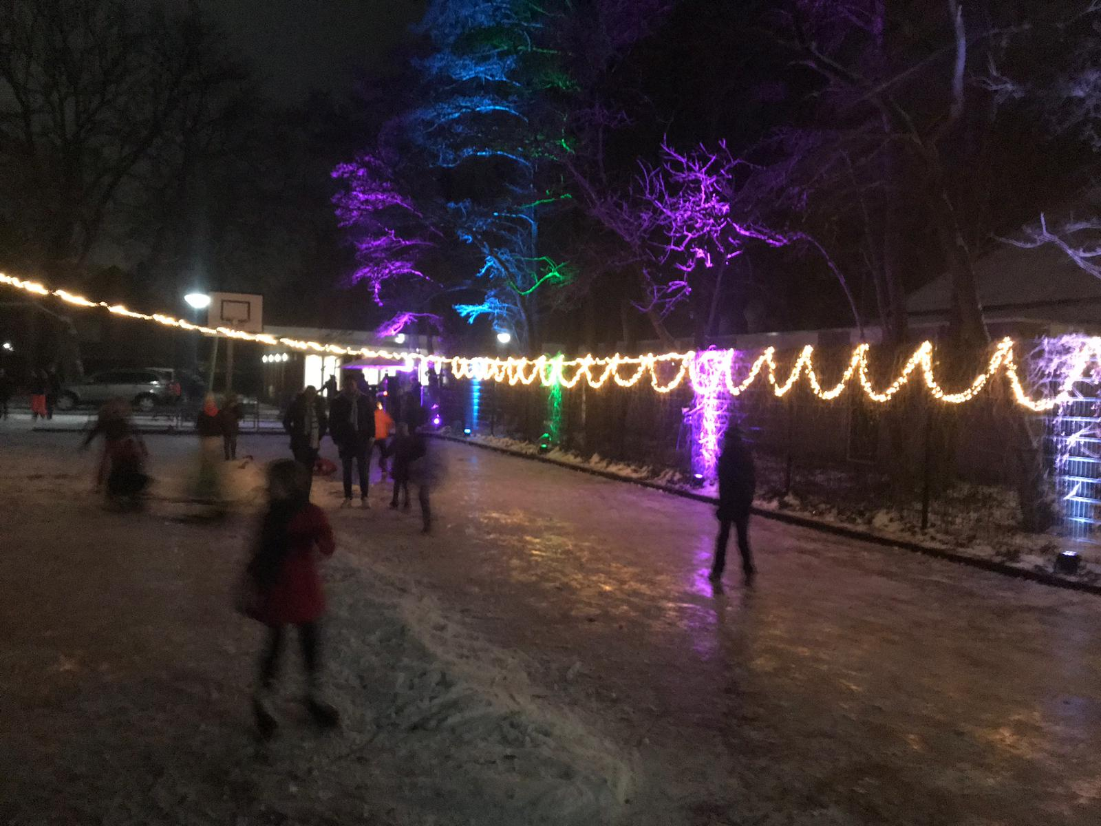 IJspret op de feestelijk verlichte ijsbaan